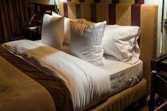 Tweepersoonsbed in hotelruimte Royalty-vrije Stock Afbeeldingen