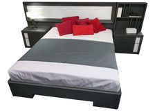 Tweepersoonsbed met bedlijsten op witte achtergrond worden geïsoleerd die Stock Afbeelding