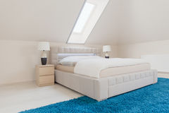 Tweepersoonsbed in slaapkamer Stock Foto