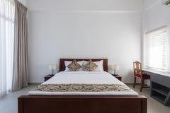 tweepersoonsbed in slaapkamer thuis of motelhotel royalty-vrije stock afbeeldingen