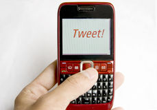 Tweet på en mobil telefon Arkivfoto
