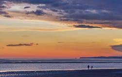 Twho-Schattenbilder auf Inverloch-Küstenvorland setzen bei dem Sonnenuntergang auf den Strand, Austral Stockbilder