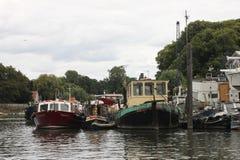 Twickenham em cima dos barcos de Thames River, Reino Unido Fotos de Stock