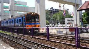 Twierdzi koleje Tajlandia SRT elektrycznego pociągu Błękitna dieslowska lokomotywa parkująca przy Donmuang stacją kolejową Fotografia Royalty Free