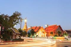 Twightlight Wat Pra Tard张Kum寺庙在楠府,泰国 库存图片