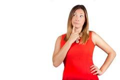 Twijfel die vrouwelijke besluituitdrukking denken Vrouw met vinger op lippen royalty-vrije stock foto's