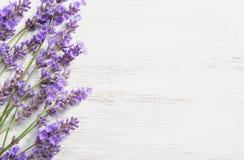 Twijgen van lavendel op houten sjofele achtergrond stock foto