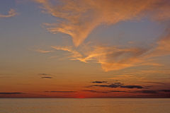 Twilght et nuages après coucher du soleil sur l'océan Photo stock