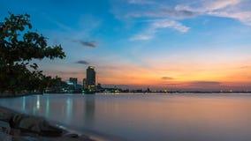 Twilight заход солнца в общественном парке около пляжа, отражает воду, стоковые изображения
