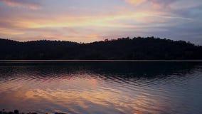 Twilight настроение захода солнца на Святом-Cassien озера, Франции акции видеоматериалы