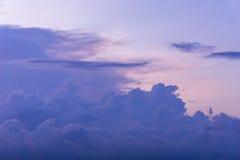 Twilight небо заволакивает пурпур цвета предпосылки Стоковые Фотографии RF