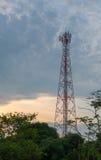 Twilight небо с башнями сотового телефона Стоковые Изображения RF