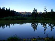 Twilight озеро гор стоковое изображение rf