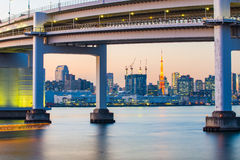 The twilight of Rainbow Bridge at night with Tokyo Tower in Japa Stock Photography