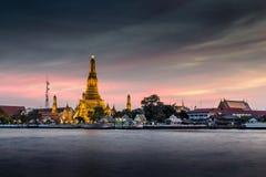 Twilight Wat Arun Бангкок стоковая фотография rf
