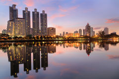 twilinght的Benjasiri公园曼谷 免版税库存图片