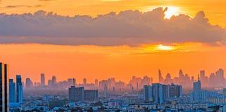 Twillight de la puesta del sol sobre la ciudad de Bangkok Imagen de archivo libre de regalías