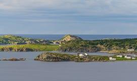 Twillingate, Newfoundland Huizen langs oever in kustdiedorp, door hun omgeving langs de Eiland` s randen wordt verkleind Stock Afbeeldingen