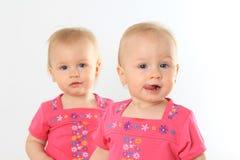 Twin behandla som ett barn flickor Royaltyfria Foton