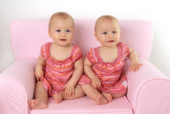 Twin behandla som ett barn flickor Arkivbilder