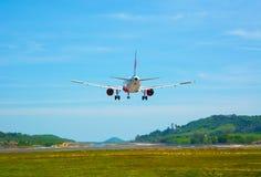 Twin-engine, modern, commercieel lijnvliegtuig die voor het landen komen bij Stock Afbeeldingen