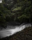 Twin Falls Maui, Hawaii i tungt flöde arkivbilder