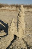 Twin Tower-Sandburg auf dem Strand stockbild