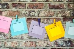 Twine die lustigen Bilderrahmen Colorfu, die am Seil mit Wäscheklammern hängen Lizenzfreie Stockbilder
