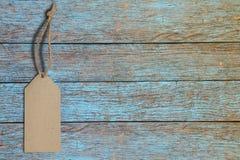 Twine leeres Tag auf blauem hölzernem mit Kopienraum für Text Stockfotografie
