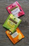 Twinings trzy Herbacianej torby rozmaitości zielenieje, fruity i korzenny na drewnianej powierzchni Zdjęcie Royalty Free
