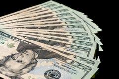 Twintig die dollarsrekeningen uit op zwarte achtergrond worden gewaaid royalty-vrije stock afbeelding
