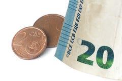 Twintig euro bankbiljetdetail en sommige euro muntstukken Stock Afbeelding