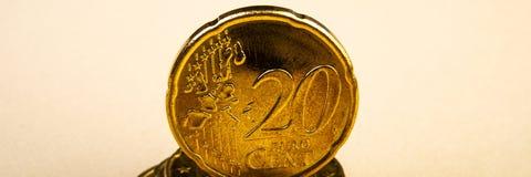 Twintig eurocent gouden muntstuk op een lichte achtergrond royalty-vrije stock foto