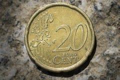 Twintig eurocentmuntstuk met kaart van Europa Stock Foto