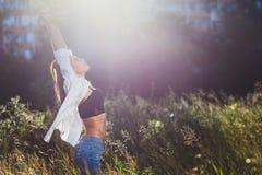 Twintig-jaar-oud meisje in jeans en wit overhemd in de doos Royalty-vrije Stock Foto's