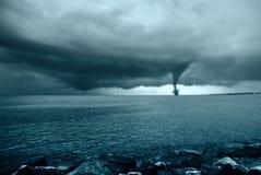 Twister auf dem Ozean Stockfotos