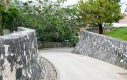 Twisty empape abajo del camino de la colina Imágenes de archivo libres de regalías