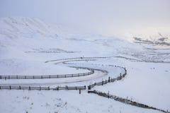 Twisty Straße im Schnee auf einem Berg Lizenzfreies Stockfoto