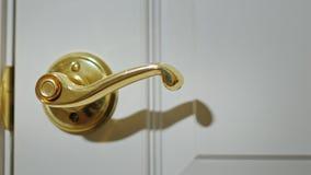 Twitches двери ручки Кто-то пробует войти в Рубить попытку Дверь раскрывает для того чтобы запачкать экран сток-видео