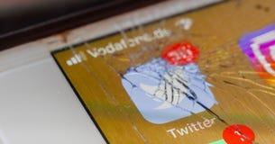 Twitter APP sur l'écran cassé images stock