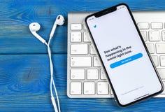 Twitter applikationsymbol på närbild för skärm för smartphone för Apple iPhone X Twitter app symbol Social massmediasymbol bilden Royaltyfri Fotografi