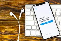 Twitter applikationsymbol på närbild för skärm för smartphone för Apple iPhone X Twitter app symbol Social massmediasymbol bilden Royaltyfria Bilder