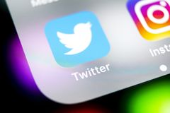 Twitter applikationsymbol på närbild för skärm för smartphone för Apple iPhone X Twitter app symbol Social massmediasymbol bilden fotografering för bildbyråer