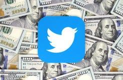 Twitter-Ikone gedruckt auf Papier und auf Geldhintergrund gesetzt lizenzfreie abbildung