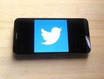 Twitter på den Smart telefonen royaltyfria bilder
