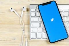 Twitter-toepassingspictogram op Apple-iPhone X het close-up van het smartphonescherm Het pictogram van Twitter app Sociaal media  stock fotografie