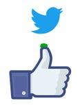 Twitter-vogel het dalen op Facebook  Royalty-vrije Stock Foto
