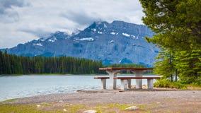 Two杰克湖在班夫国家公园,加拿大在多云天 免版税库存图片