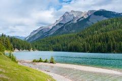 Two杰克湖在班夫国家公园,加拿大在多云天 免版税库存照片