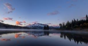 Two杰克湖在班夫国家公园 免版税图库摄影